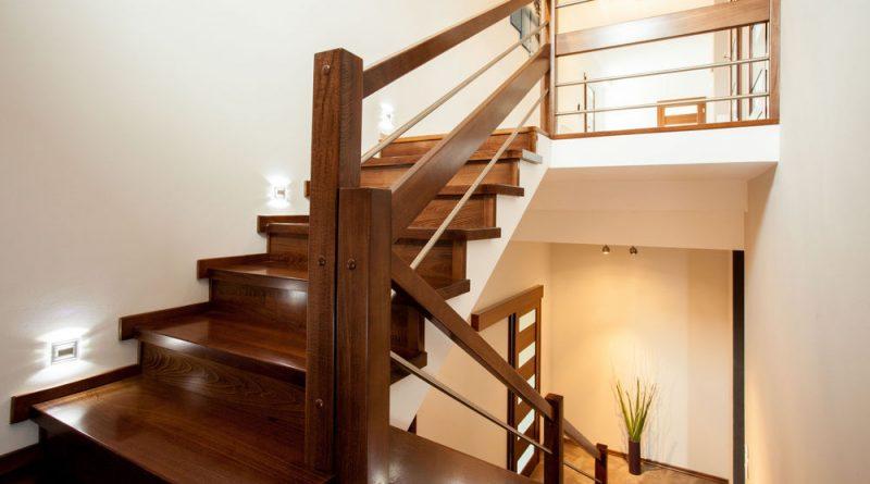 Чем покрасить деревянную лестницу: выбор лакокрасочного материала и технология окрашивания в фото