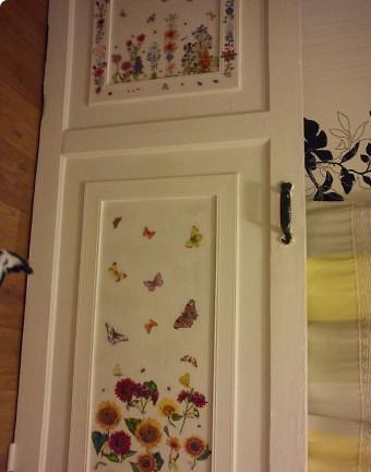 Как задекорировать дверь своими руками — способы оформления в фото