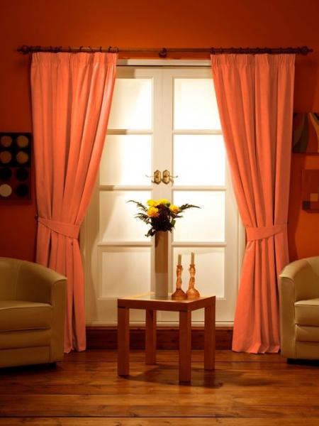 Оранжевые или красные шторы на кухне в фото