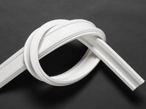 Стильный потолочный плинтус из полиуретана в фото