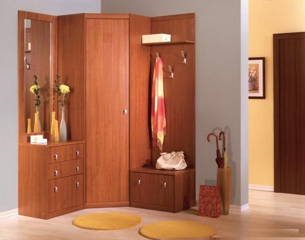 Многофункциональный угловой шкаф для небольшой прихожей