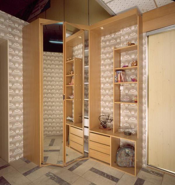 Желтоватый деревянный угловой шкаф для прихожей