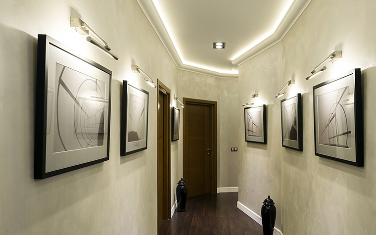 Подсветка на стенах и потолке в узком коридоре