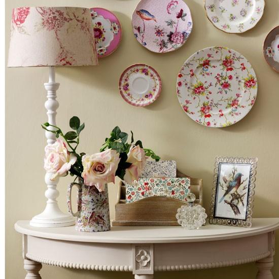 Украшение декоративными тарелками стен в прихожей