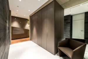 Exciting-Hallway-Design-in-Dominion-Apartment-Geometrix-Design-with-Stone-Tile-Backdrop-and-Leather-Bench-Ideas