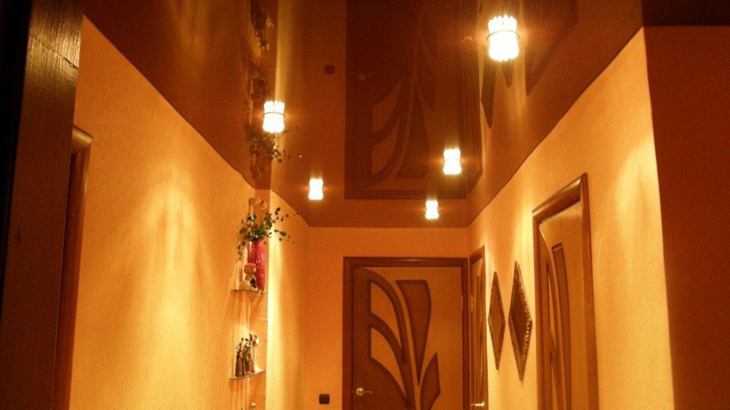 Фото натяжного глянцевого потолка в дизайне прихожей