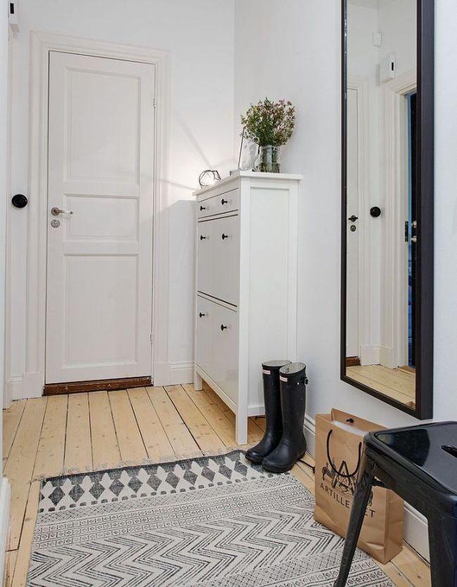 Расположение узкого обувного шкафа для прихожей за дверью