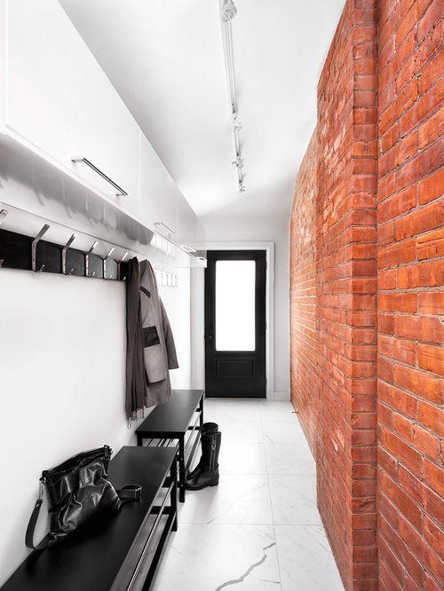 Красная кирпичная кладка в узком коридоре