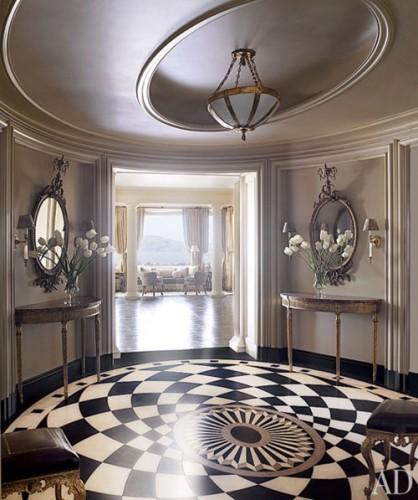 Симметричность в мебели в прихожей классического стиля