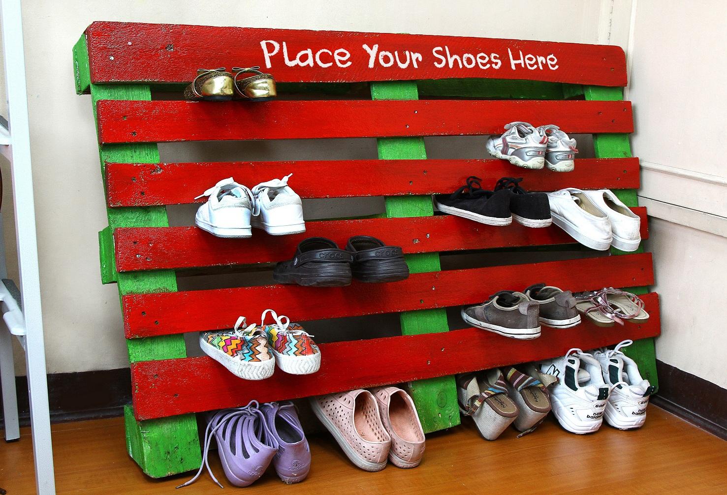 Узкая обувница для прихожей из паллеты