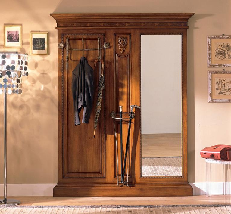 Массивная мебель в классической прихожей