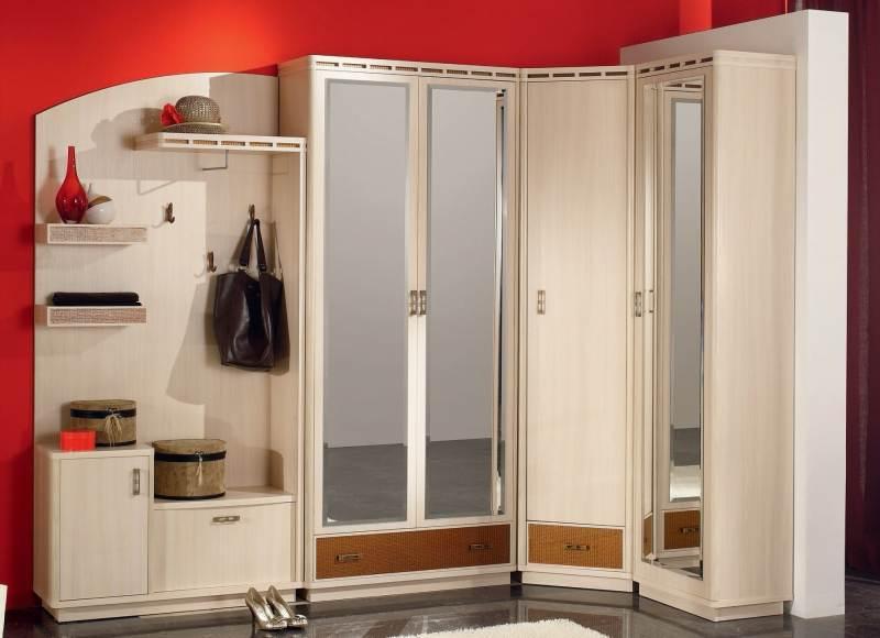 Зеркальный угловой шкаф в прихожей