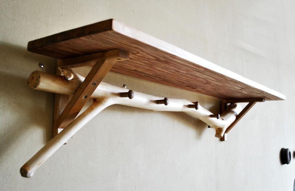Деревянная настенная вешалка для прихожей с полкой