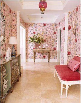Розовые обои в интерьере прихожей