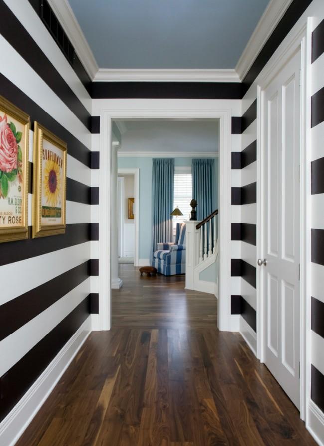 Горизонтальные полосы на стенах в узком коридоре