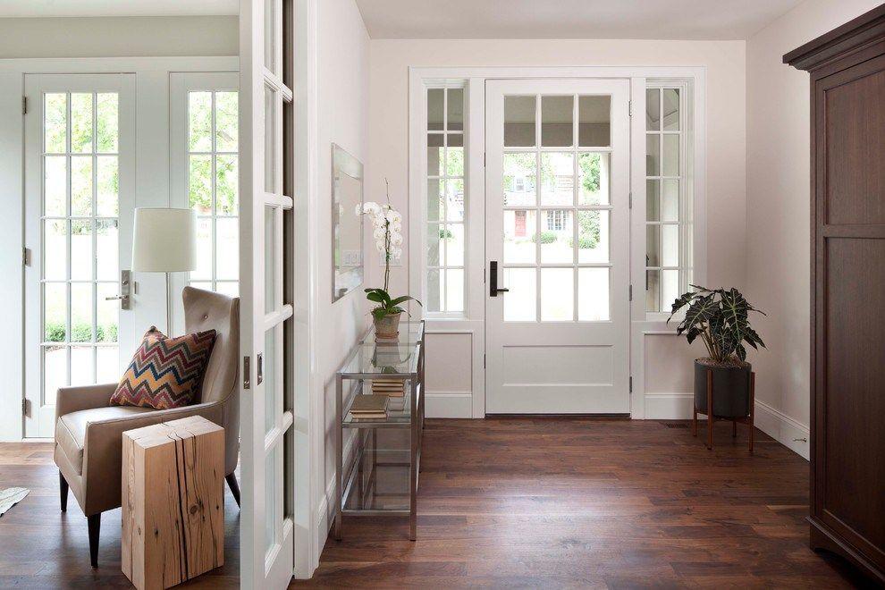 Фото дизайна прихожей в доме с ламинатом на полу