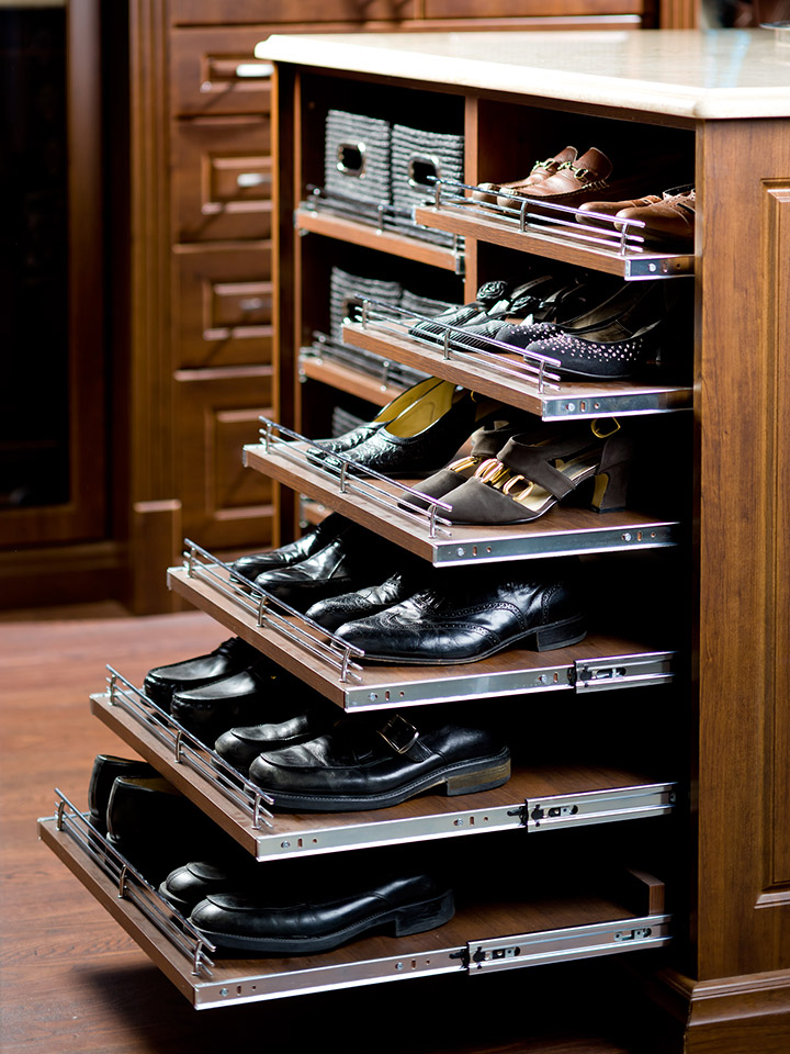 Узкий обувной шкаф  с выдвигающимися полками для прихожей
