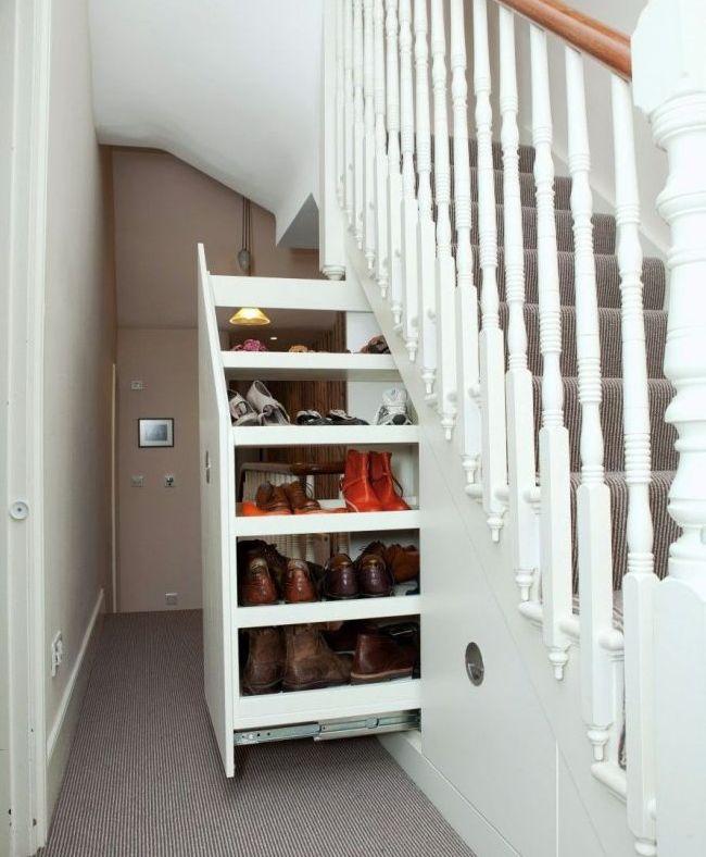 Обувница в прихожей под лестницей