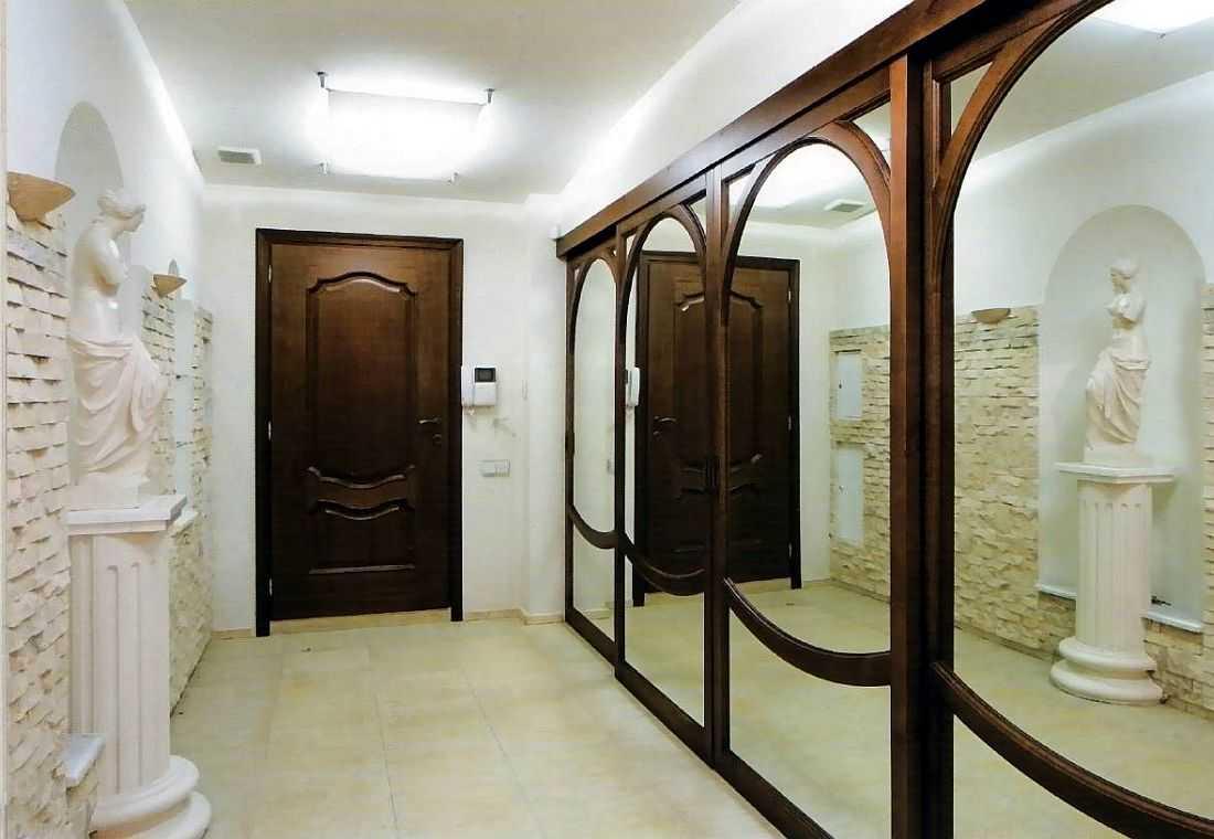 Крупное зеркало в узком коридоре