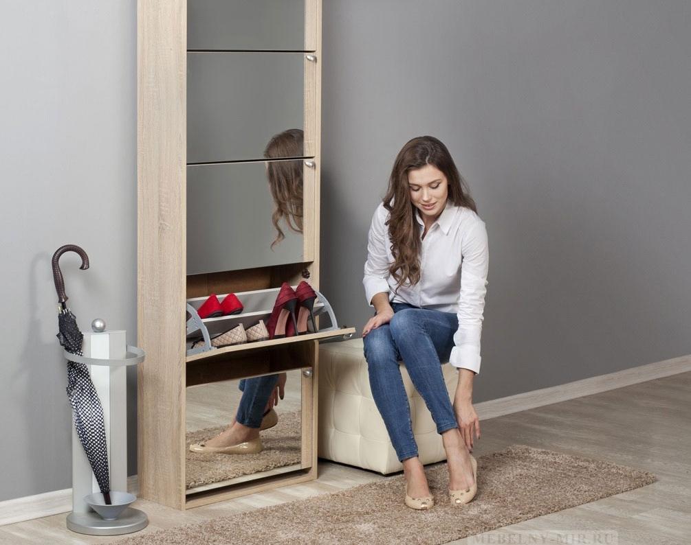 Расположение банкетки около обувницы с зеркалом