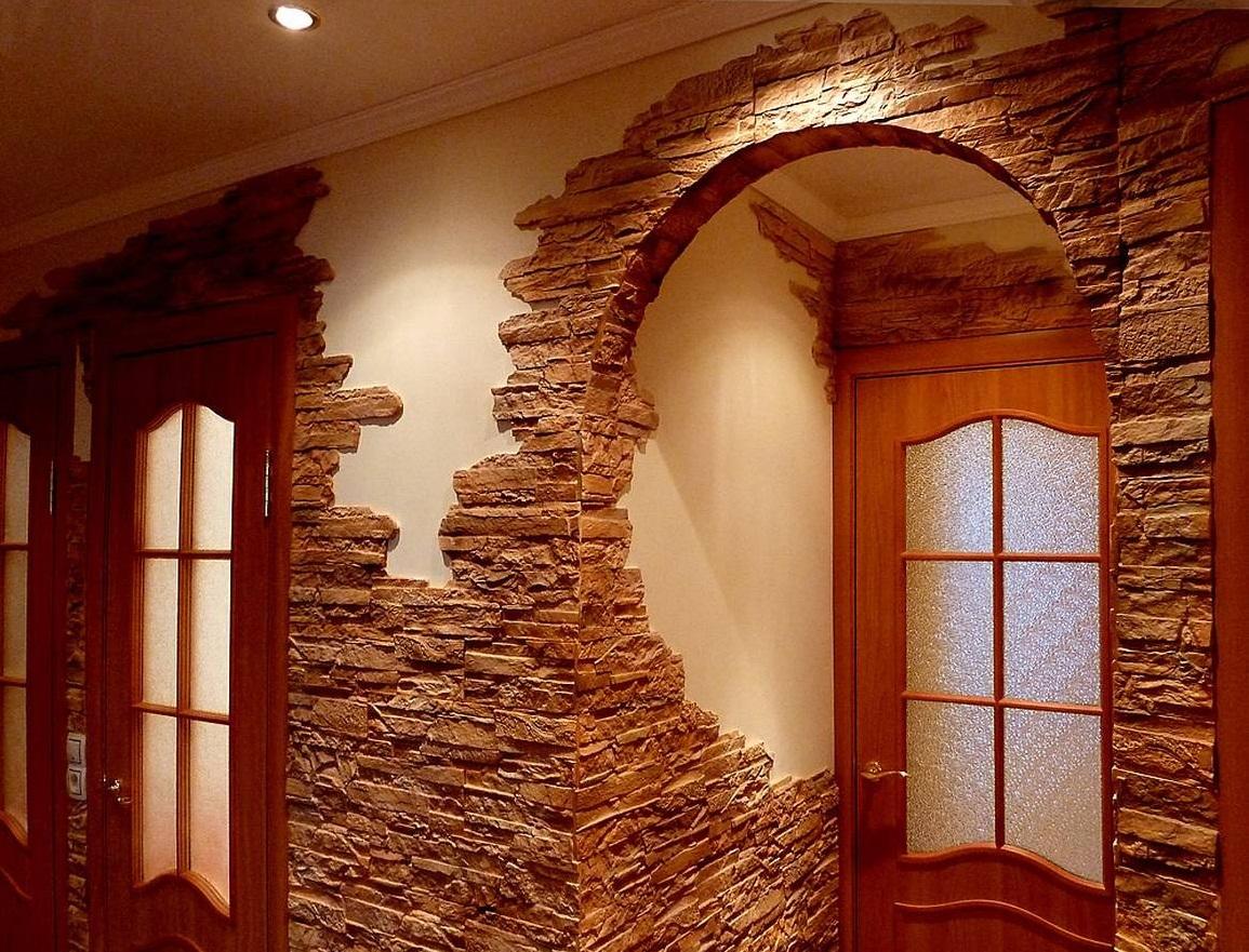 Отделка арки в прихожей камнем