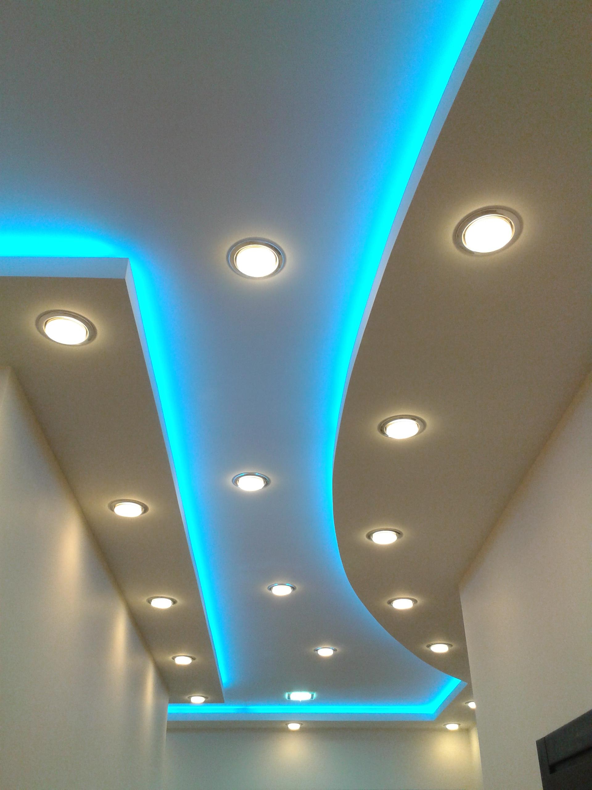 Фото необычной идеи подсветки потолка в прихожей