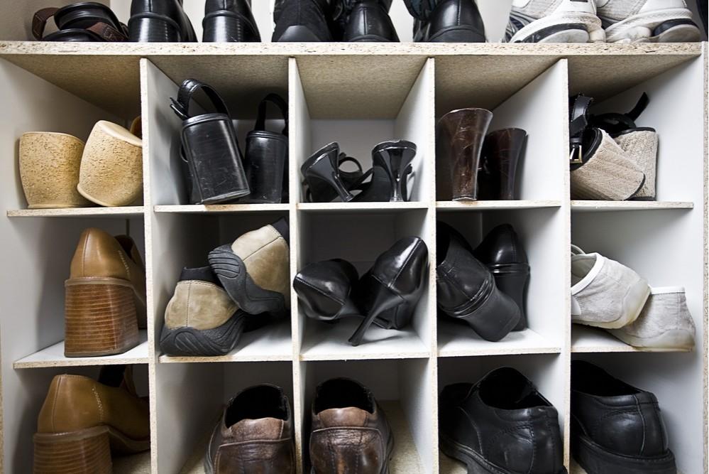 Много полочек в обувнице