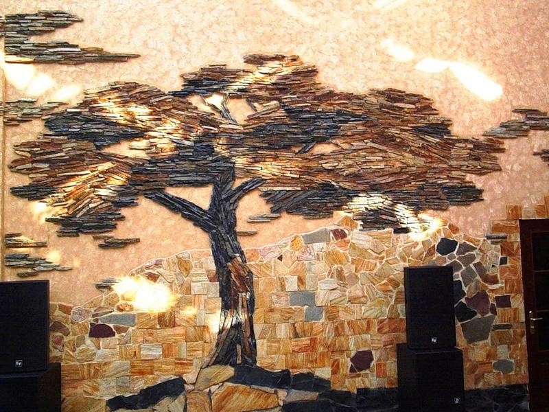 Рисунок на стене с помощью декоративного камня для прихожей