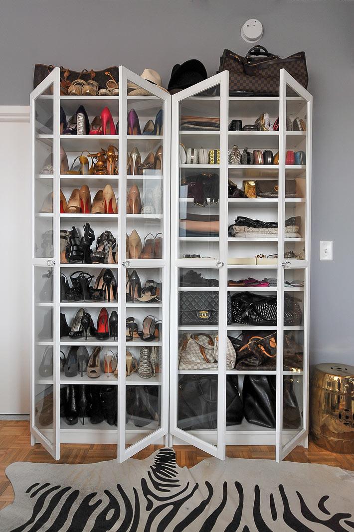 Узкий стеллаж для обуви в прихожей
