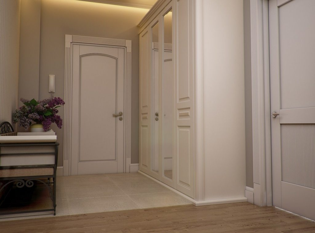 Светлая мебель для светлого маленького коридора