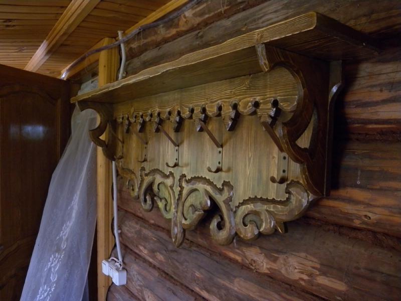 Резная деревянная настенная вешалка