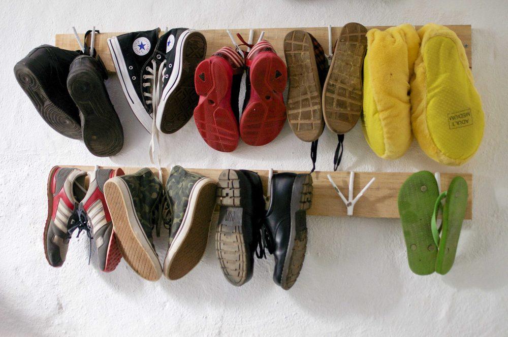 Хранение обуви в подвесном виде в прихожей