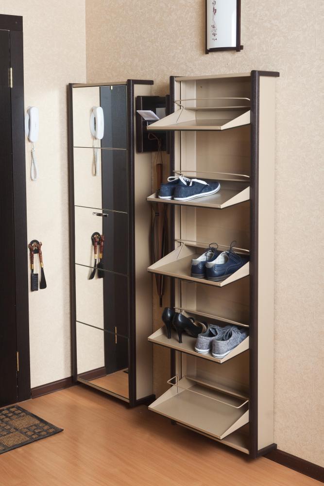 Высокая и узкая тумба для обуви для маленькой прихожей