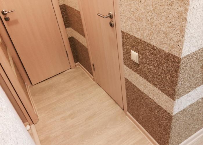 Фото жидких обоев в прихожей при ремонте малогабаритной прихожей в квартире
