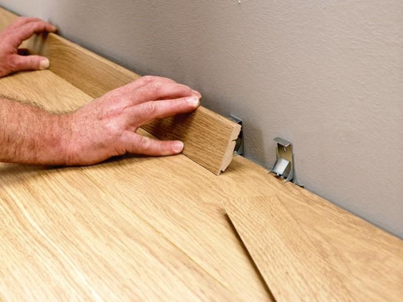 Как прибивают деревянный плинтус