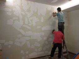 kak podgotovit betonnye steny k oklejke oboyami